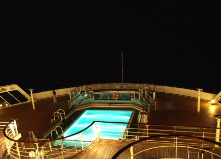 Queen Mary 2 Achterdeck Pool bei Nacht